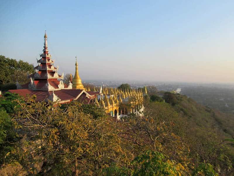 La collina di Mandalay, punteggiata di stupa e monasteri